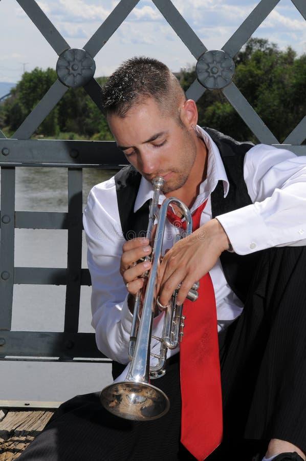 Musicien jouant la trompette photographie stock