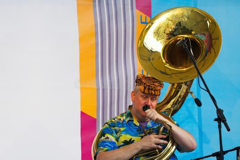 Musicien jouant la trompette de Helikon image stock