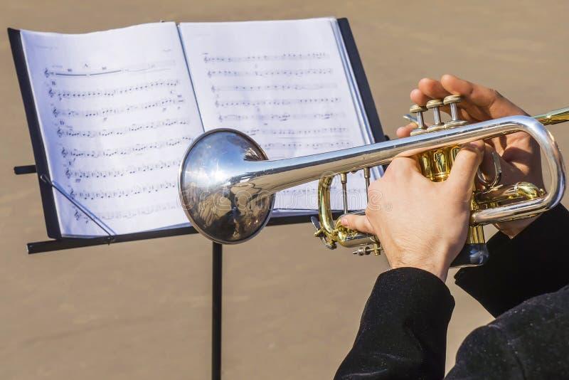 Musicien jouant la trompette sur des notes images stock