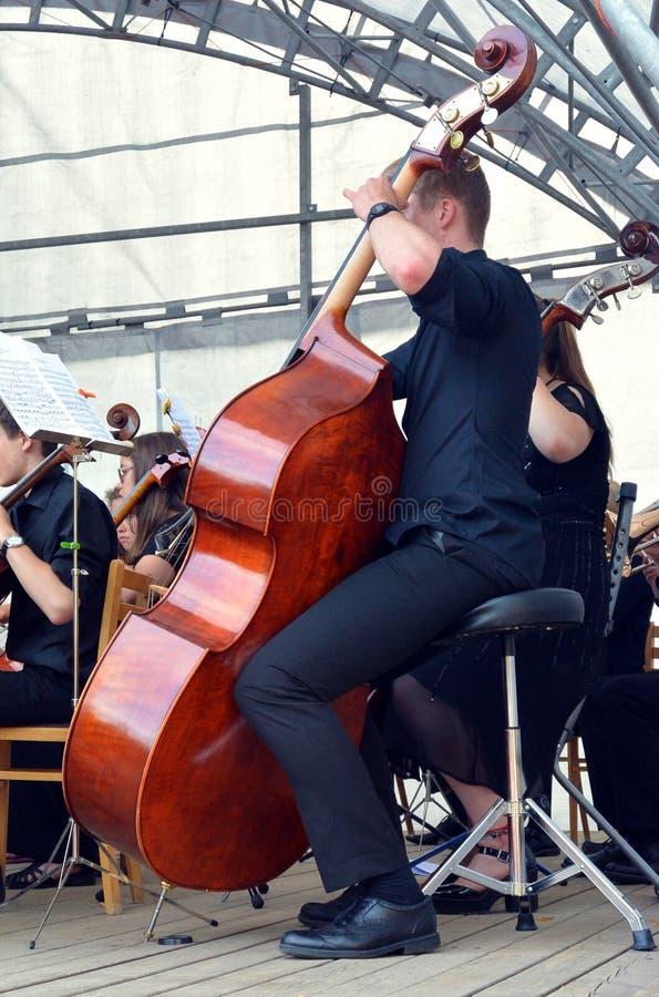 Musicien jouant le contrabass photographie stock