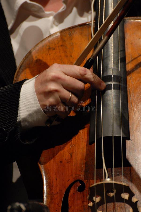 Musicien jouant sur la musique classique de violoncelle photographie stock