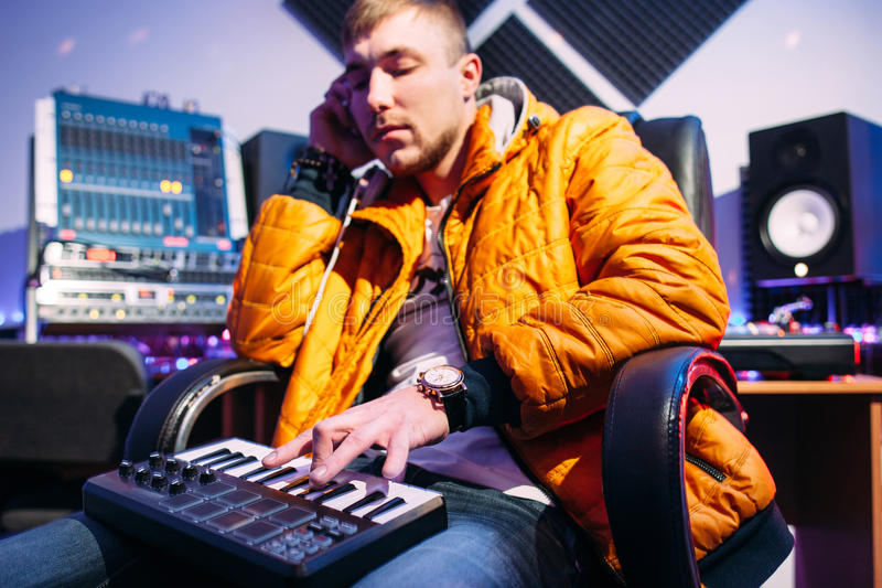 Musicien jouant sur le synthétiseur au studio photo libre de droits