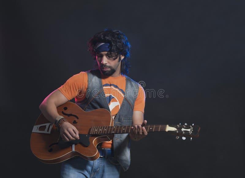 Musicien jouant une guitare images stock