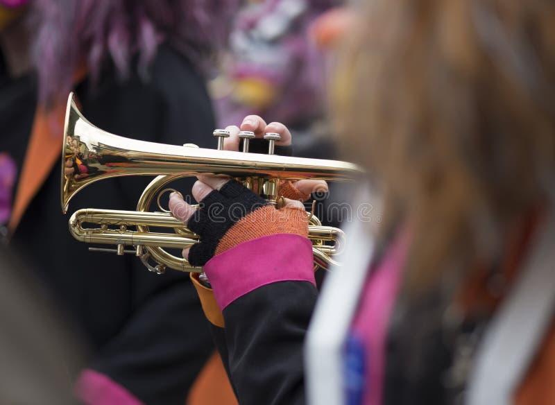 Musicien jouant une trompette pendant un carnaval photos stock