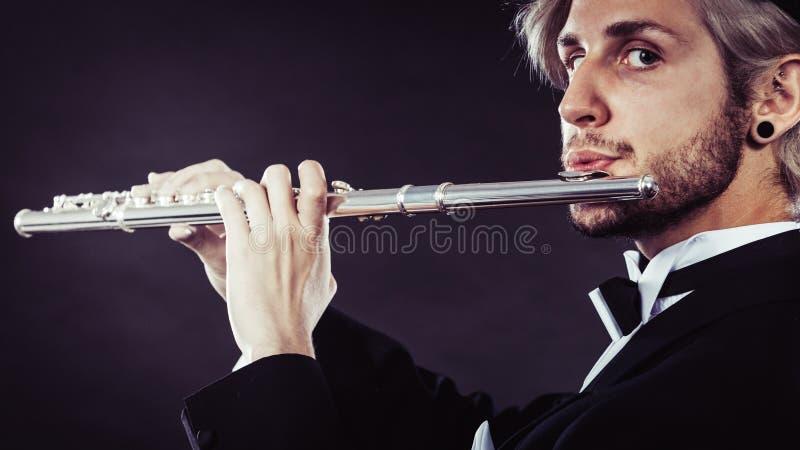 Musicien masculin d'une manière élégante habillé jouant la cannelure image stock
