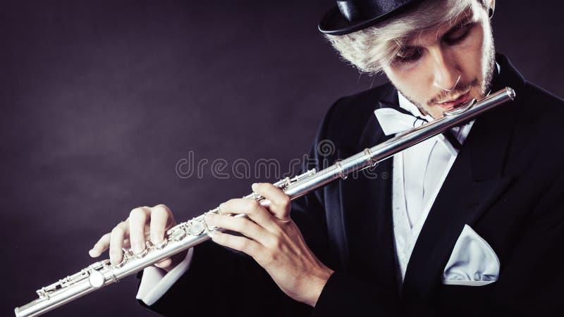 Musicien masculin d'une manière élégante habillé jouant la cannelure image libre de droits