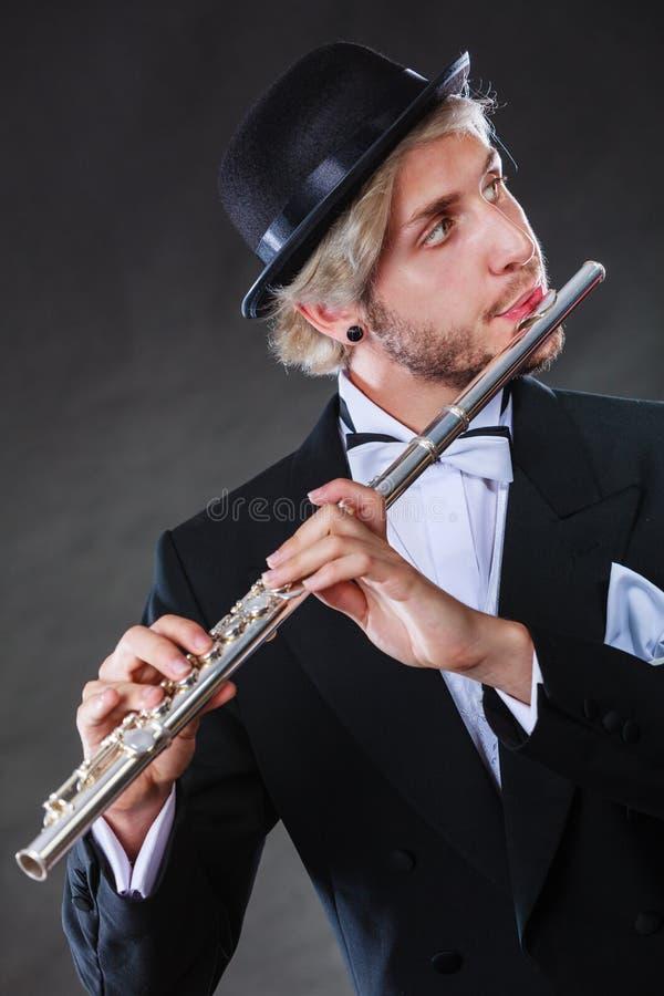 Musicien masculin d'une manière élégante habillé jouant la cannelure photo libre de droits