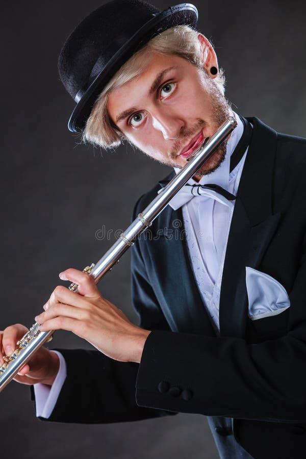 Musicien masculin d'une manière élégante habillé jouant la cannelure photos stock