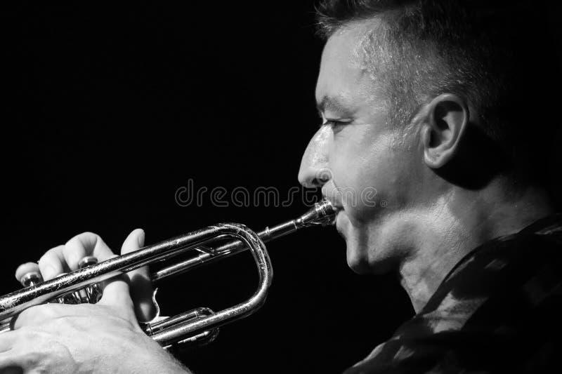 Musicien masculin jouant la trompette image libre de droits