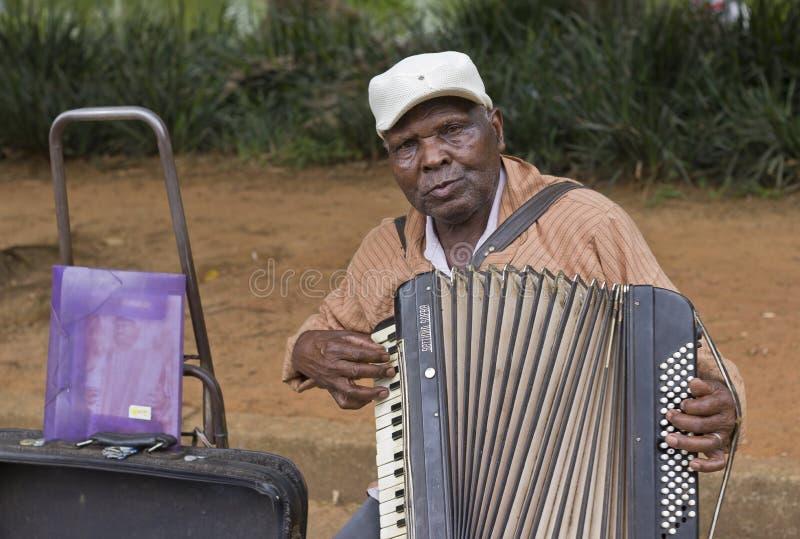 Musicien populaire de rue chantant en parc public images libres de droits