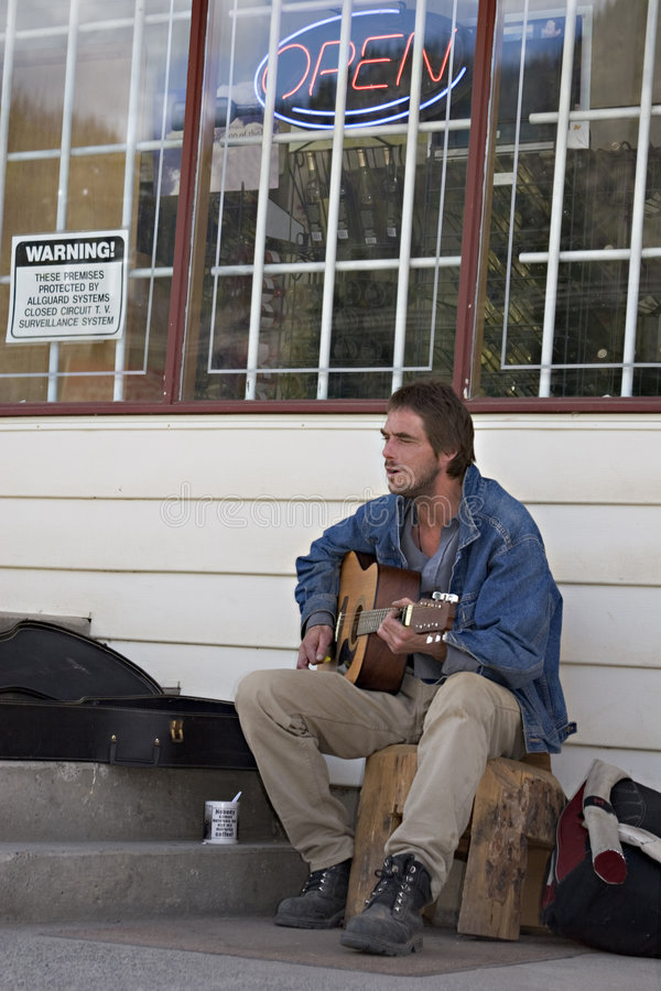 Musicien sans foyer image libre de droits