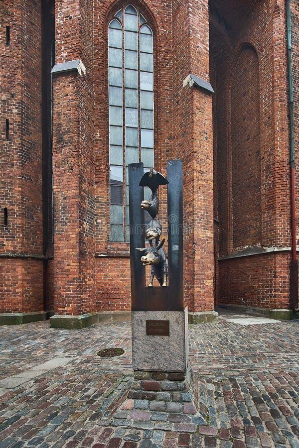 Musiciens de ville de statue de Brême sur la vieille ville de Riga, Lettonie photo libre de droits