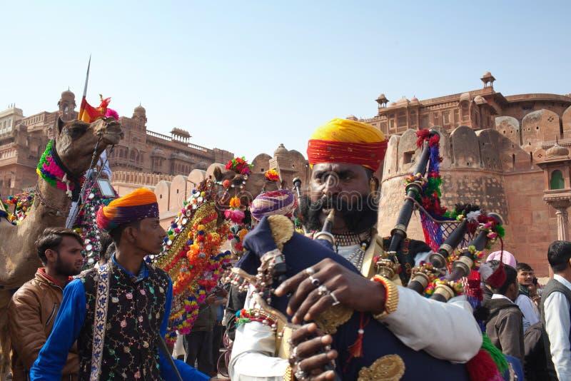 Musiciens et bande de chameau exécutant au festival dans Bikaner, état du Ràjasthàn, Inde photos stock