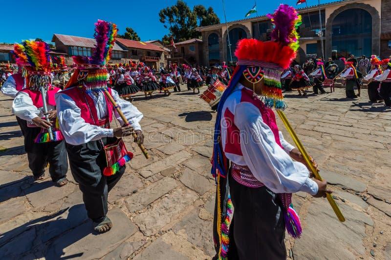 Musiciens et danseurs dans les Andes péruviens à photos libres de droits
