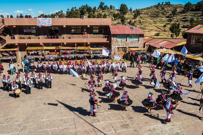 Musiciens et danseurs dans les Andes péruviens chez Puno Pérou images stock