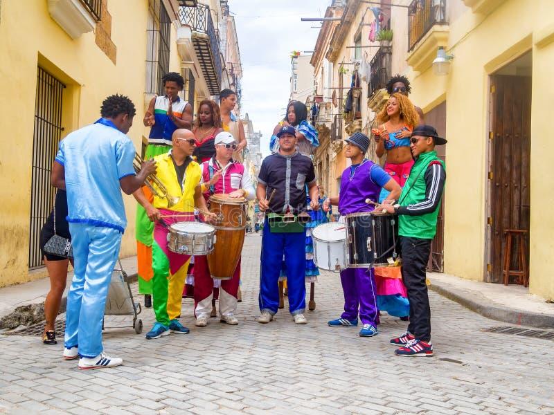 Musiciens et danseurs de rue à vieille La Havane images libres de droits