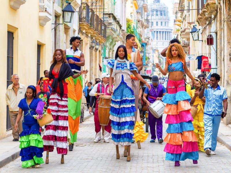 Musiciens et danseurs sur des échasses à vieille La Havane photos libres de droits