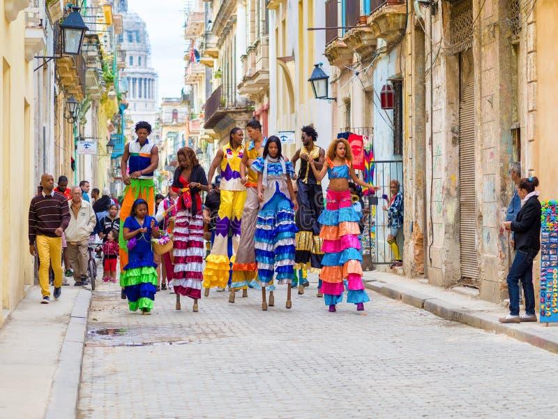 Musiciens et danseurs sur des échasses à vieille La Havane image stock