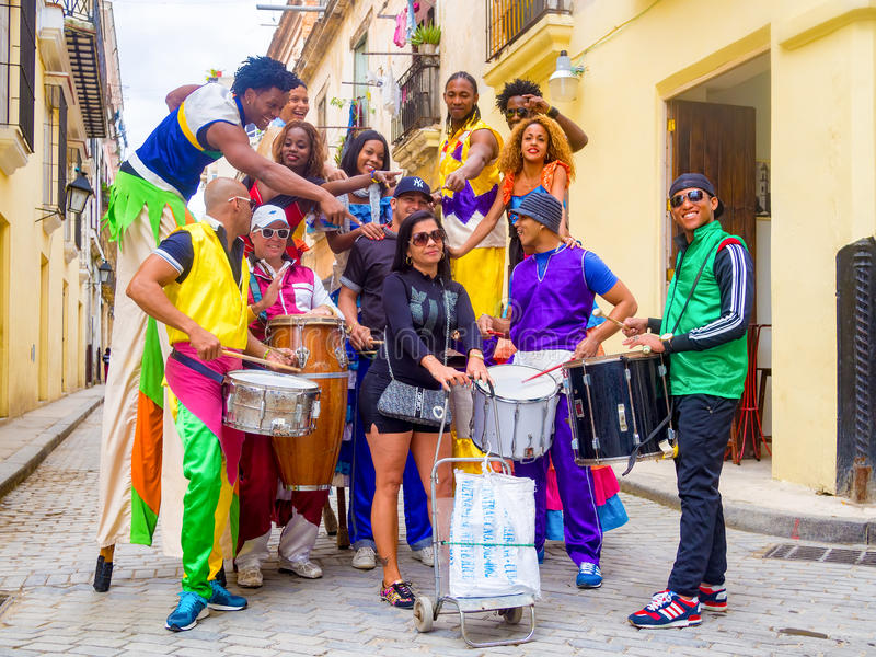 Musiciens et danseurs sur des échasses à vieille La Havane photo stock