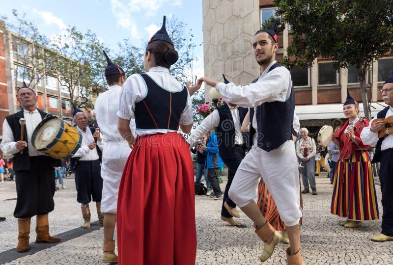 Musiciens folkloriques et danseurs exécutant sur l'Avenida Arriaga à Funchal sur l'île de la Madère, Portugal photographie stock libre de droits