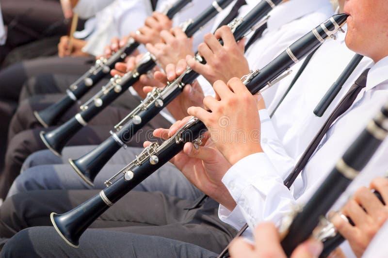 Musiciens jouant la clarinette dans l'orchestre de rue image stock