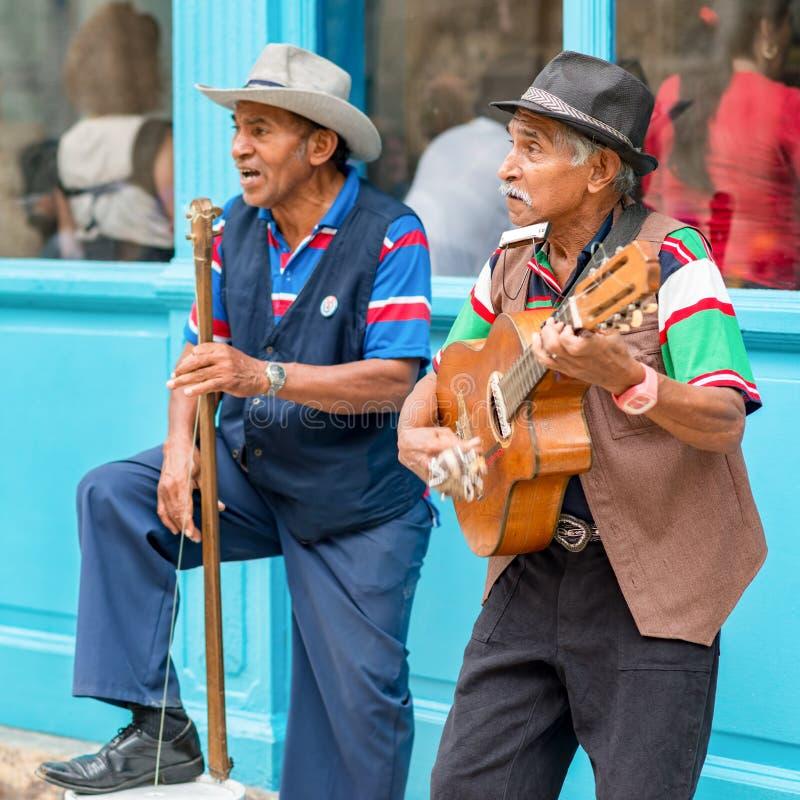 Musiciens jouant la musique traditionnelle à vieille La Havane images libres de droits
