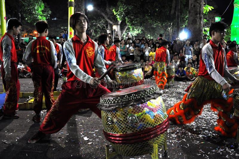 Musiciens jouant sur des tambours pendant année lunaire de Tet la nouvelle dans Saig photographie stock