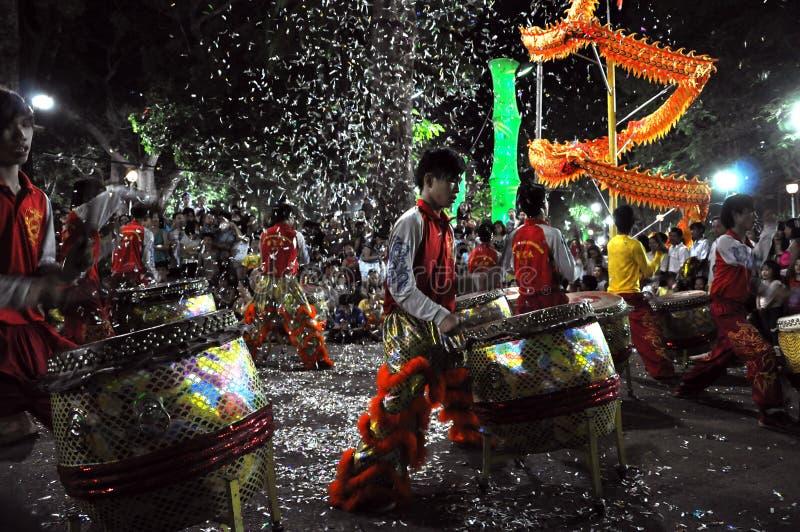 Musiciens jouant sur des tambours pendant année lunaire de Tet la nouvelle dans Saig photos stock