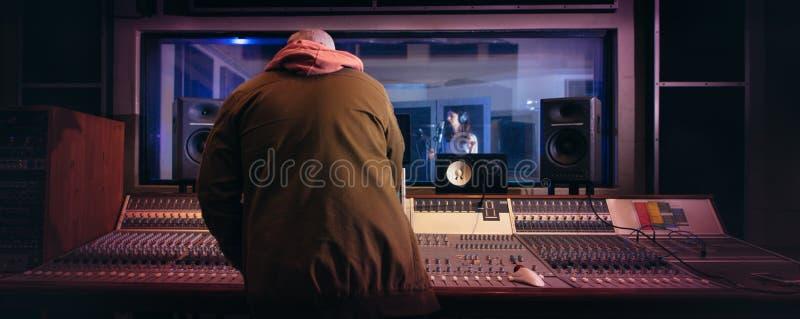 Musiciens produisant la musique dans le studio d'enregistrement professionnel photographie stock libre de droits