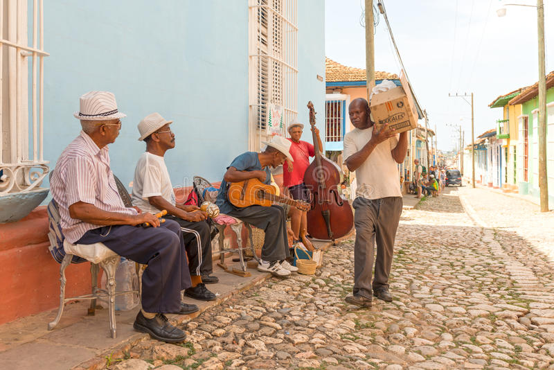 Musiciens traditionnels et vie quotidienne au Trinidad, Cuba image stock