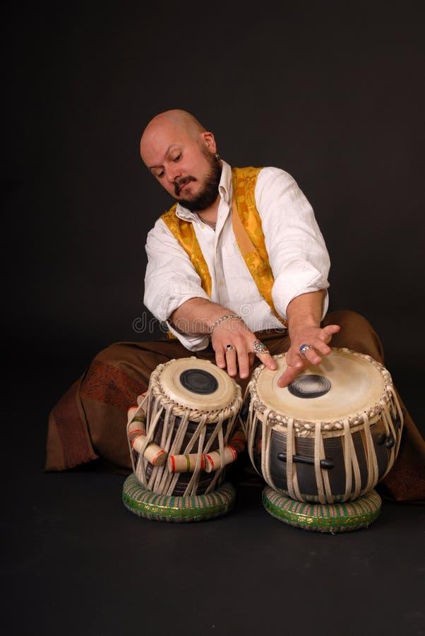 Musicion turco stampato in neretto di percussione di tabla del tamburo fotografia stock libera da diritti