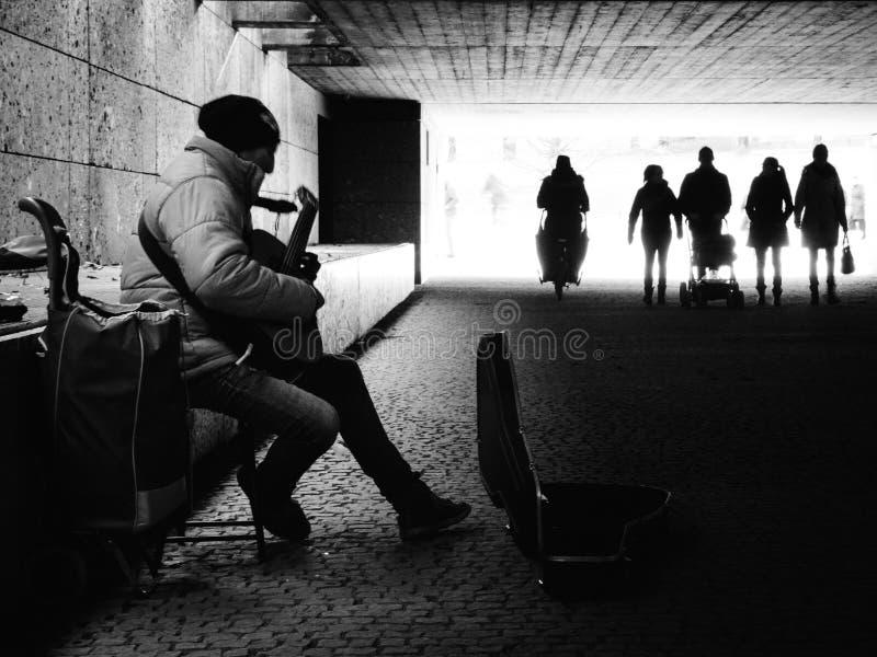 Musicista ambulante a Monaco di Baviera in bianco e nero 5 febbraio 2017 fotografie stock