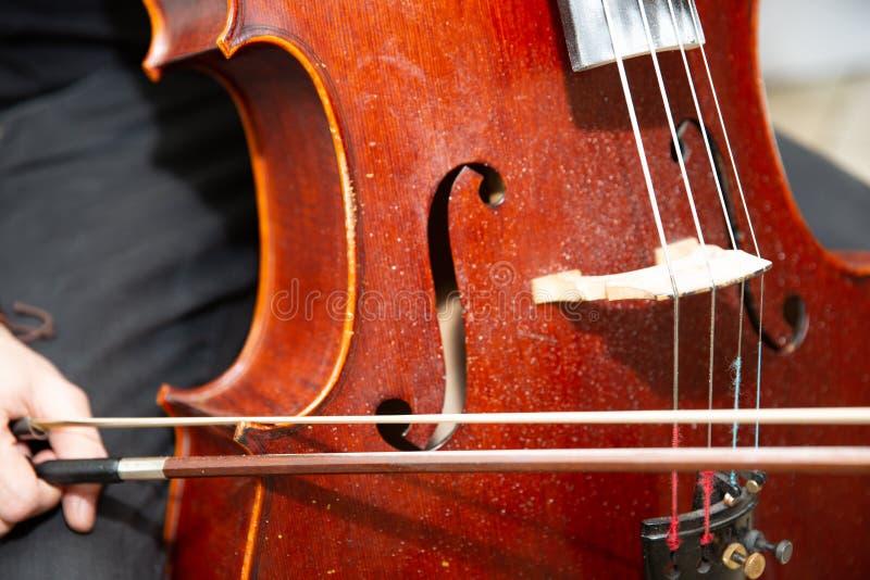Musicista ambulante Performing Jazz Music Outdoors della via Chiuda su dello strumento musicale fotografia stock