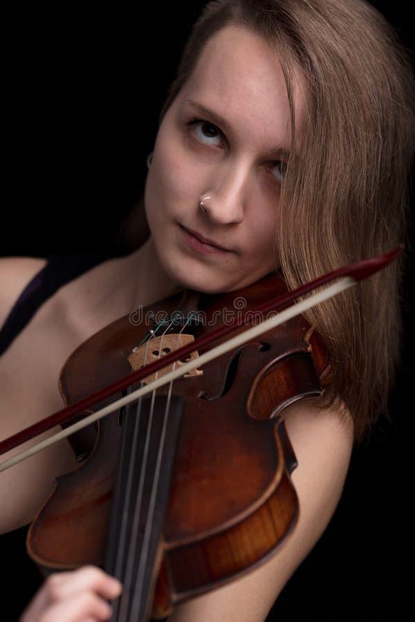 Musicista appassionato del violino che gioca sul fondo nero fotografia stock libera da diritti