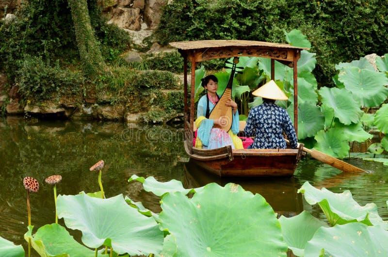 Musicista in barca, il giardino dell'amministratore umile, Suzhou fotografie stock