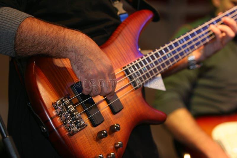 Musicista che gioca chitarra bassa fotografia stock libera da diritti