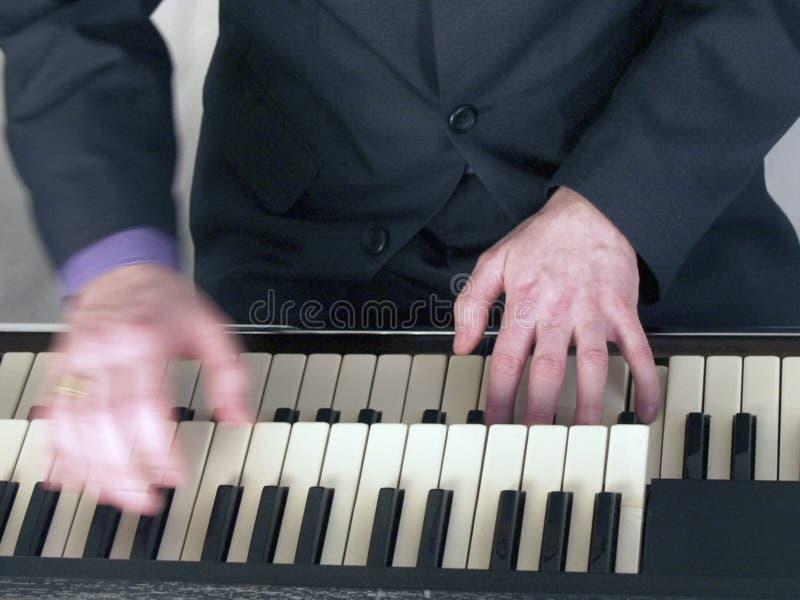 Musicista che gioca l'organo di hammond fotografia stock