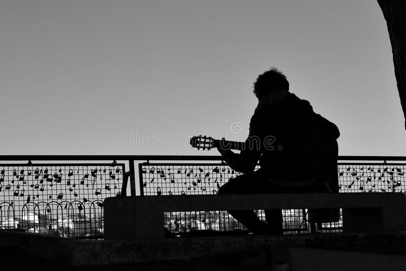 Musicista che gioca la chitarra su un punto di vista a Lisbona immagini stock libere da diritti
