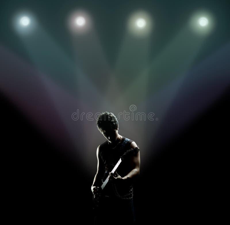 Musicista che gioca la chitarra sulla fase fotografie stock libere da diritti