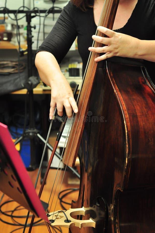 Musicista che gioca violoncello fotografia stock