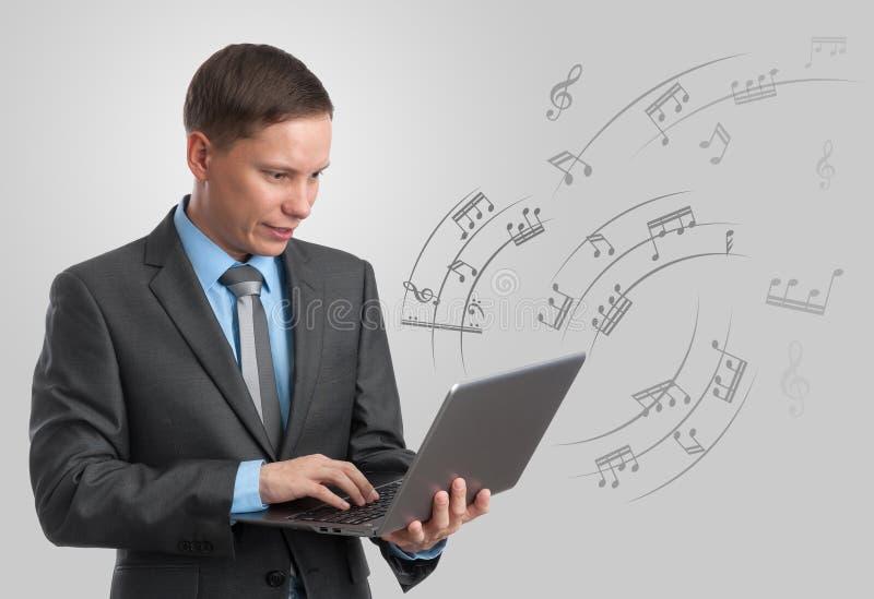 Musicista con il computer portatile. fotografia stock