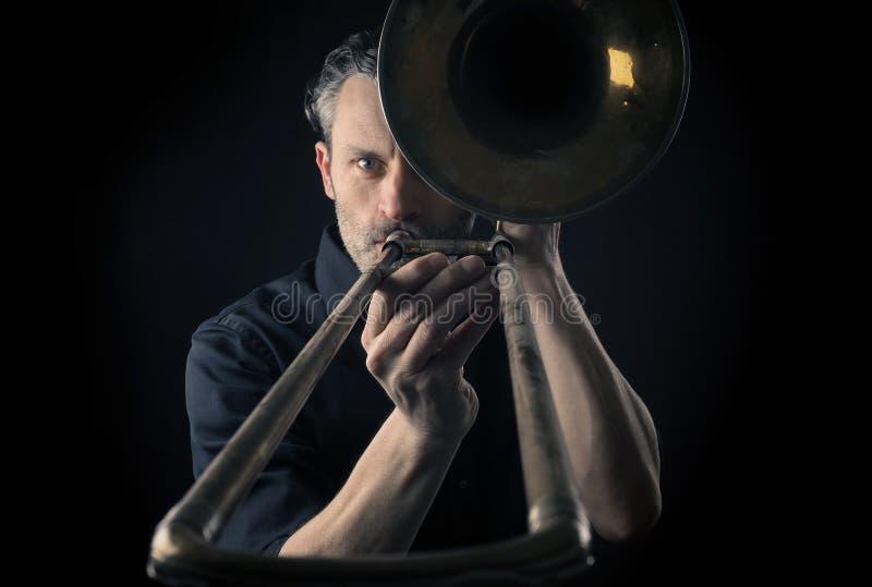 Musicista con un trombone immagine stock