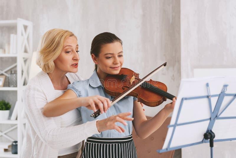 Musicista contentissimo positivo che gioca melodia fotografie stock libere da diritti