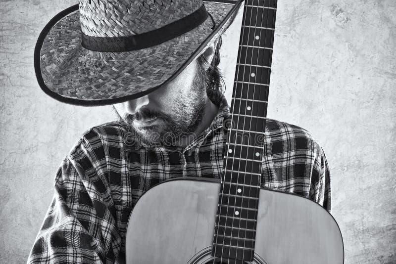 Musicista del cowboy del paese occidentale con la chitarra fotografie stock