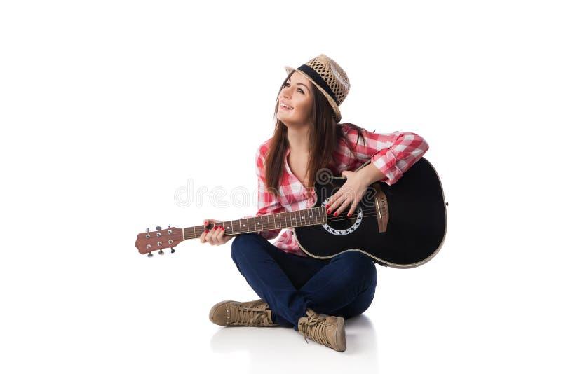 musicista della donna con la chitarra che si siede sul pavimento immagini stock libere da diritti