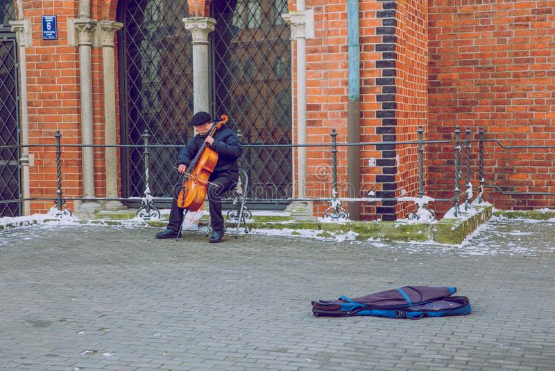 Musicista della Lettonia, di Riga, della via, vecchio centro città, la gente ed arco immagine stock