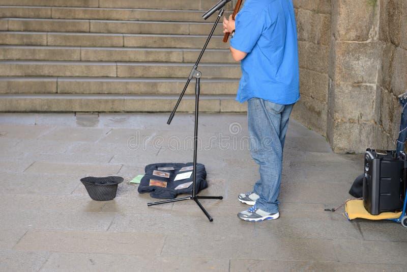Musicista della via con uno strumento di vento fotografia stock