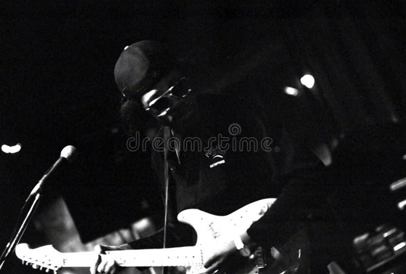 Musicista, Eric Gales, con una chitarra elettrica sulla via di Beale a Memphis, TN immagini stock