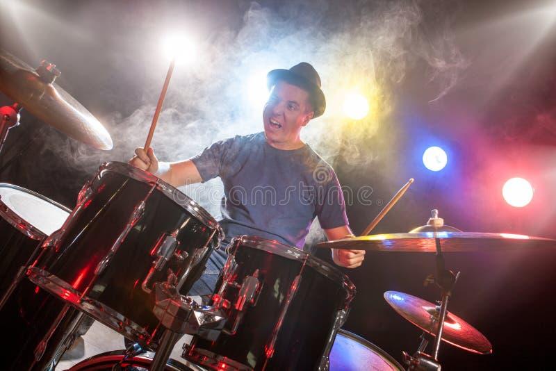 Musicista maschio con le bacchette che giocano i tamburi fotografie stock libere da diritti