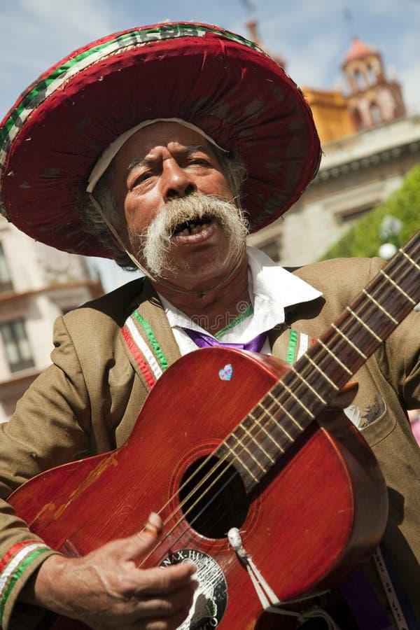 Musicista messicano della chitarra sulle vie della città immagini stock